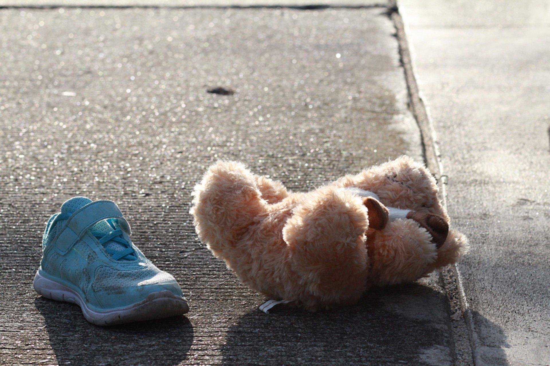 Oso y zapatilla niña en calle.jpg