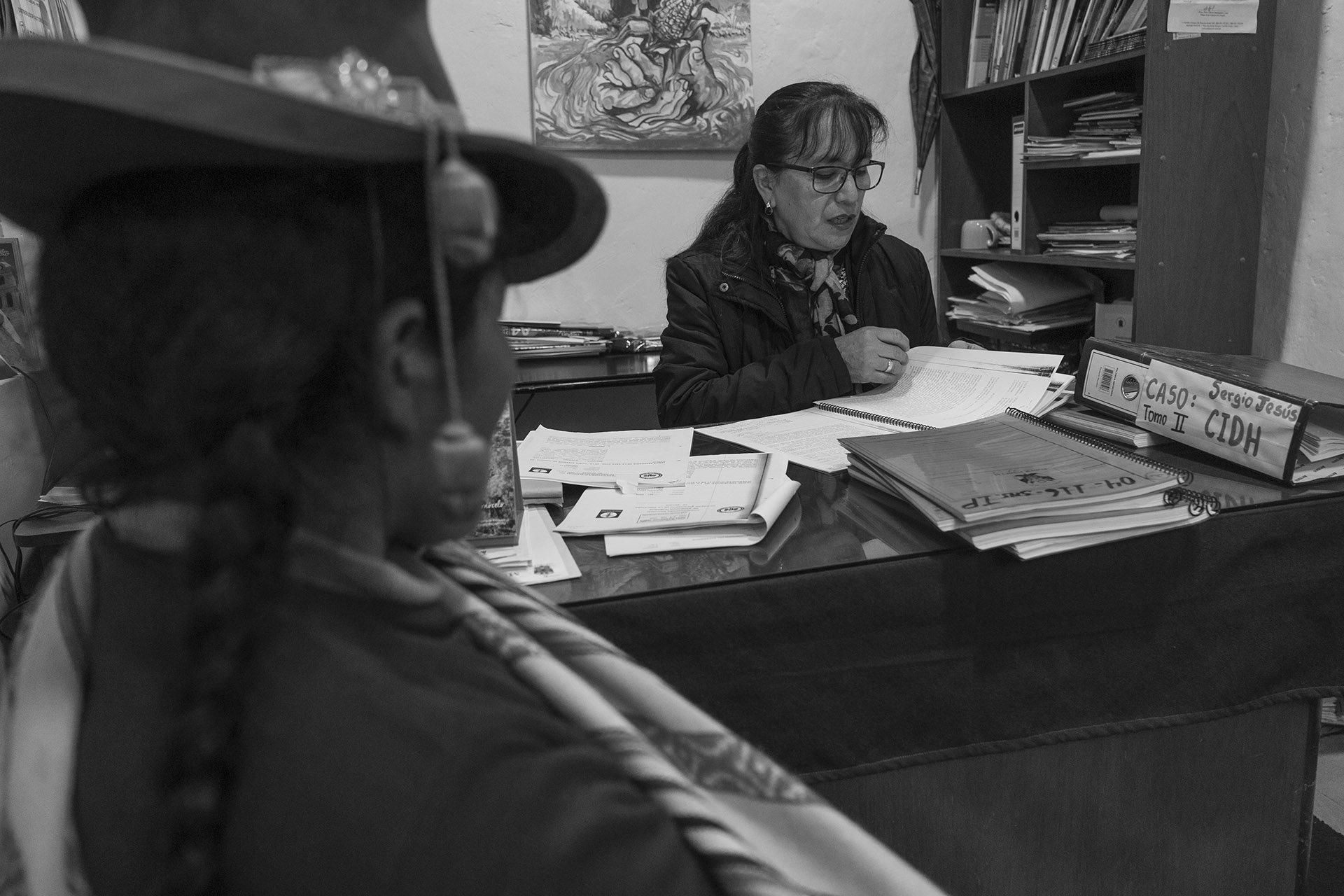 En la Vicaría de Sicuani, la abogada María Concepción Salazar repasa el expediente de Eulogia Guzmán elevado a la Comisión Interamericana de Derechos Humanos. Foto: Leslie Moreno Custodio. Fuente: Salud con Lupa